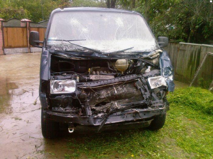 На Прикарпатті мікроавтобус протаранив паркан. Водія госпіталізовано